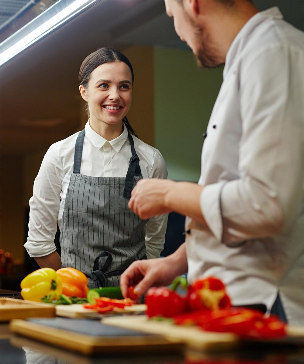 Glücklicher Lehrling in Küche